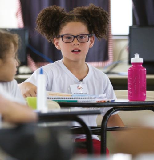 Foto: Menina em sala de aula